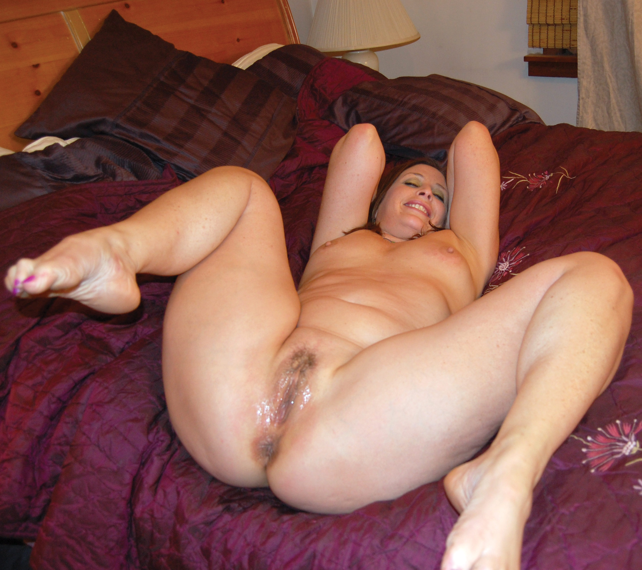 Naked chubby amateur spreads to show the goods